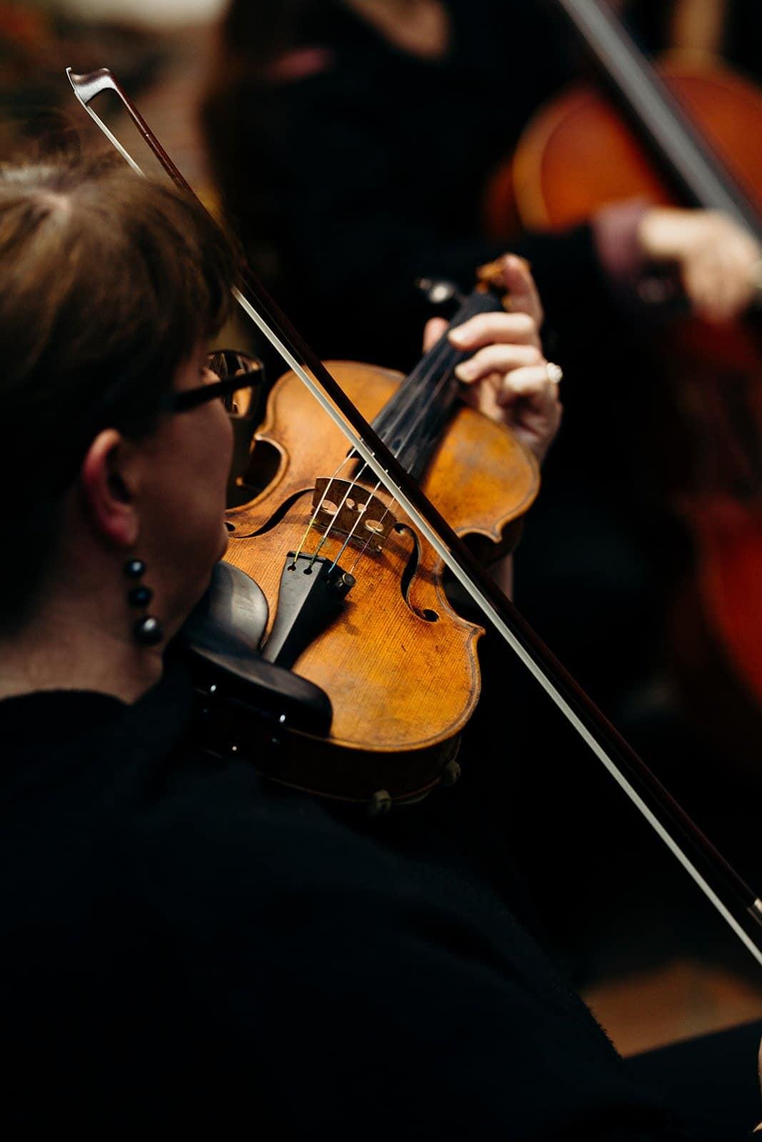 Women plays violin